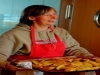 Annette bringt uns gerade die neue Portion Griechische Kartoffeln.