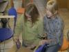 Helene und Sabrina überlegen, wie es am Besten funktioniert.