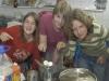 Nathalie, Henriette und Rabea kochen den Wachs flüssig, um diesen in die Formen zu füllen.