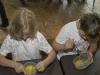 Lena und Alina verühren das Eigelb in der Schüssel.