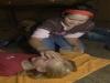 Lena versorgt Judith, damit auch ihre Haut weich wird.