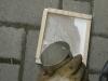 Der Wachs wird in die Form gegossen, so entsteht die Wachstafel.