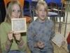 Sabrina und Helene zeigen uns ihre fertigen Wachstafeln.